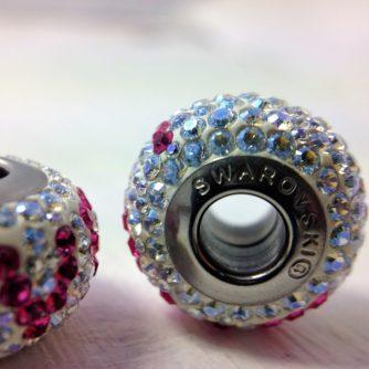 Charm Love en métal rhodié et pavé de cristaux Swarovski blancs et roses