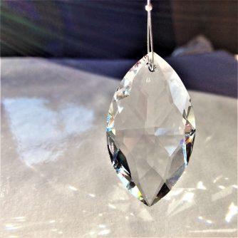 Prisme Amande en cristal Swarovski monté sur un câble en acier à suspendre