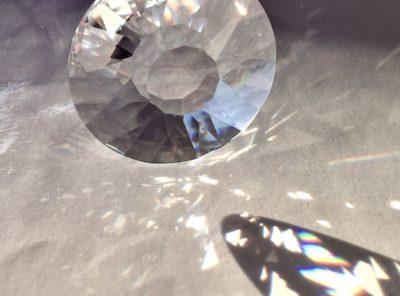 Prisme Soleil en cristal Swarovski monté sur un câble en acier à suspendre devant une fenêtre