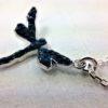 Pendentif Libellule en métal rhodié pavé de cristaux Swarovski bleu Denim monté sur chaîne en argent 925