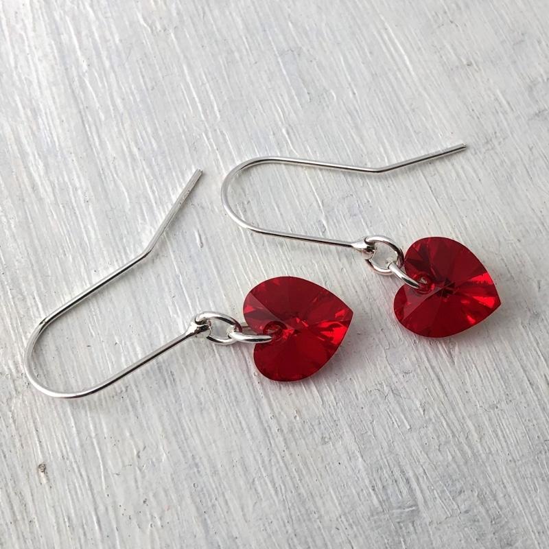 Boucles d'oreilles Petit Coeur ornées de cristal Swarovski 10mm rouge Light Siam sur argent