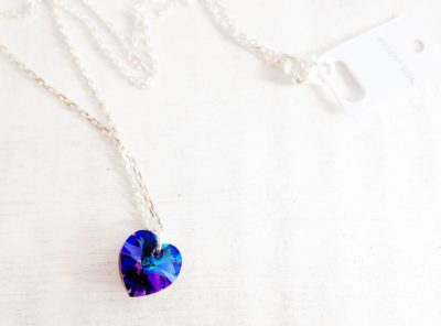 Petit Coeur en cristal Swarovski monté sur une chaîne en argent bleu Héliotrope