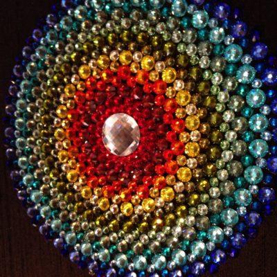 Tableau Mandala Arc-en-Ciel en cabochon de cristal de la marque Swarovski® sur fond de soie sauvage noire