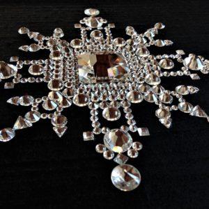 Tableau Mandala Cristal en cabochon de cristal de la marque Swarovski® sur fond de soie sauvage noire.