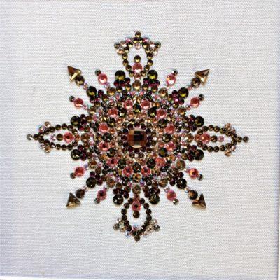 Tableau Mandala Vert Violet en cabochon de cristal de la marque Swarovski® sur fond de toile de couleur taupe