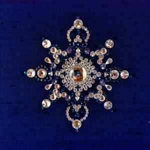 Tableau Mandala en cabochons de cristal Swarovski bleu sur fond de soie bleue, encadrement en bois gris métal brossé