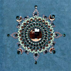 Tableau Mandala en cabochons de cristal Swarovski turquoise sur fond de suédine turquoise, encadrement en bois gris métal brossé
