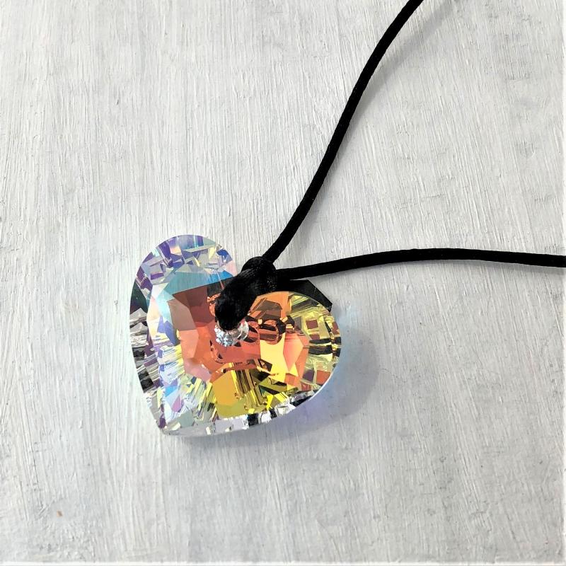 Collier Coeur en cristal Swarovski Aurore Boreale 36mm sur cordon satin noir
