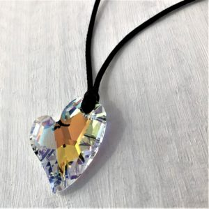 Pendentif Cœur Asymétrique sur cordon satin noir orné d'un cristal Swarovski®Aurore Boreale
