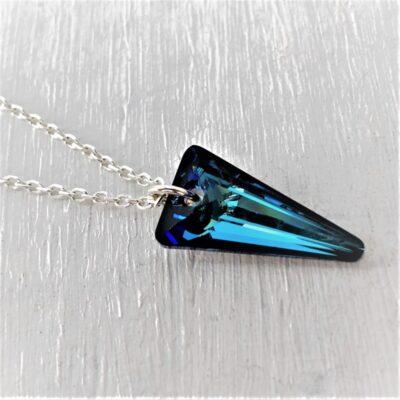 Pendentif triangle Spike cristal Swarovski 19 mm bleu Bermuda Blue chainette argent